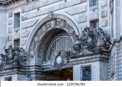 London, O)ctober 20, 2018 - Close Up of The Victory Arch Over The Main Pedestrian Entrance to Waterloo Train Station.