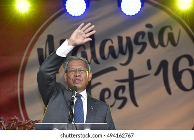 LONDON - SEPTEMBER 24: Datuk Seri Mustafa Mohamed, Malaysian International Trade and Industry Minister officiating the Malaysia Fest 2016 in Trafalgar Square, London , SEPTEMBER 24, 2016.