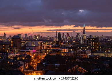 NHSを見て、夜のロンドンのシャードの空と青い光。 コロナウイルス(Covid-19)の世界的流行の際に撮影。