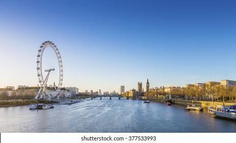 Vista panorámica de Londres al amanecer con famosos monumentos, Big Ben, Casas del Parlamento y barcos en el río Támesis con cielo azul claro - Inglaterra, Reino Unido