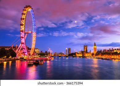 Лондон в сумерках. Лондонский глаз, графство Холл, Вестминстерский мост, Биг Бен и палаты парламента.
