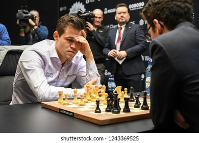 London, UK. 28 November, 2018. Magnus Carlsen competes against Fabiano Caruana in the World Chess Championship.