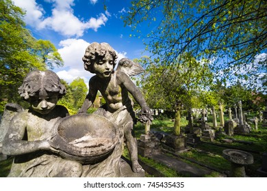 London, UK. Circa Octobre 2017. Angel child statues in Brompton Cemetery, London.