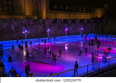 LONDON, UK - DECEMBER 31, 2019: Many people spend their holidays skating in City Park ice rink in london  front of tower bridge - Immagine