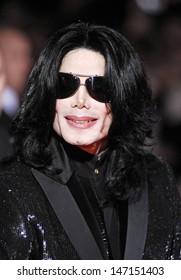 London. UK. Michael Jackson out and about. 15th Novemberr 2006. Ref:  LMK70-LIB2149-220709 Lisle Brittain/Landmark Media.