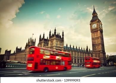 Лондон, Великобритания. Красный автобус в движении и Биг Бен, Вестминстерский дворец. Иконы Англии в винтажном, ретро-стиле
