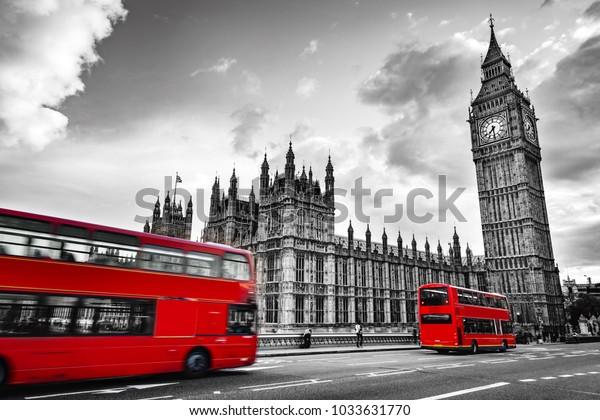 Лондон, Великобритания. Красные автобусы в движении и Биг-Бен, Вестминстерский дворец. Иконы Англии в винтажном, ретро-стиле. Красный в черно-белом