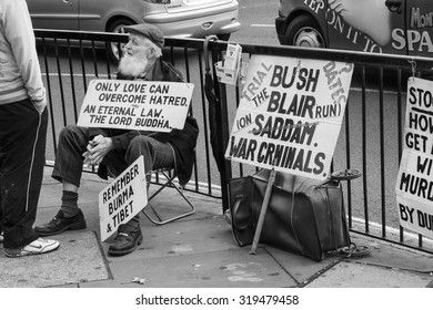 LONDON, UNITED KINGDOM - OCTOBER 22, 2007: View of an old man that make his pacific protest.