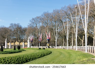 LONDON/UK - FEBRUARY 18 : View towards Canada Gate entrance to Green Park in London on February 18, 2015