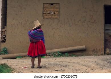 Mujer andina solitaria caminando por la calle