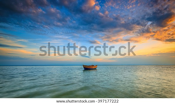 夕暮れのバルト海に浮かぶ孤独なボート。HDR – 高ダイナミックレンジ