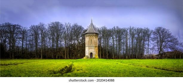 Una solitaria torre alta en un campo