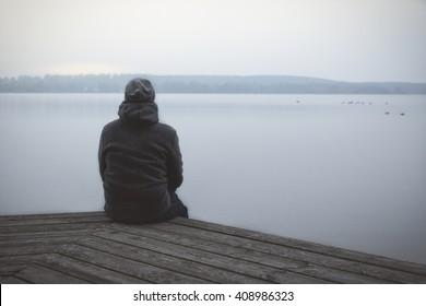 solitário cara no o lago