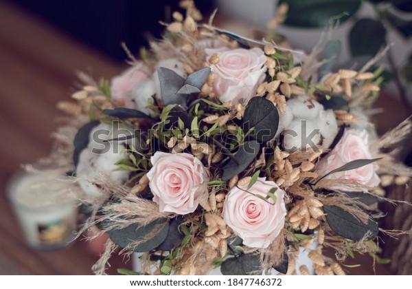 花の長い飾り。 乾燥花束の接写された保存バラ。 装飾植物で作られた家庭の装飾に限定。 永遠に安定し永遠にバラの花。