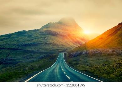 A Long Straight Country Road, Färöer Islands (Oyggjarvegur), Nordische Inseln