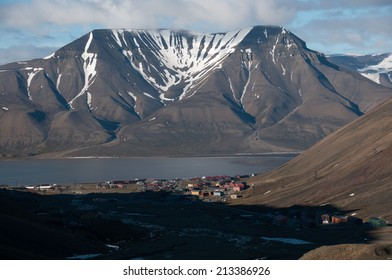 Longyearbyen from the end of the valley