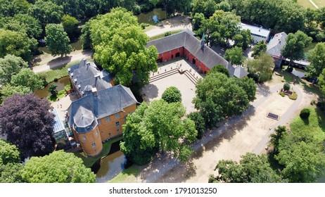 Schauen Sie sich das Schloss von oben mit grünen und roten Bäumen an (4k) (Lufttrommel-Foto)