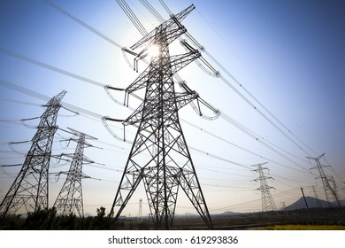 Schau nach Hochspannung der Stromübertragungstürme