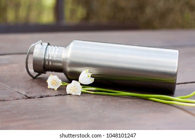 A look into zero waste lifestyle - simple solutions, replacement of plastic items. A durable stainless steel water bottle to carry with you everyday. Three beautiful spring flowers as decoration.