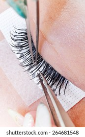 I look at the place that makes the surgical operation of false eyelashes an Asian woman from the side