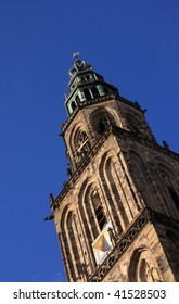 Looking up at the Martinitoren