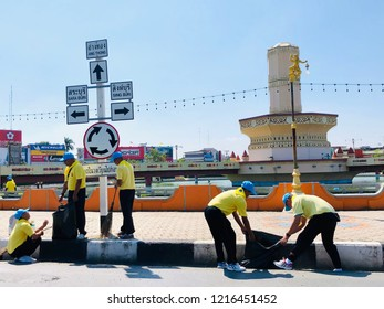 LOPBURI, THAILAND - OCT 30,2018 : Group of volunteers collecting garbage at the roundabout on the street in Lopburi province, Thailand