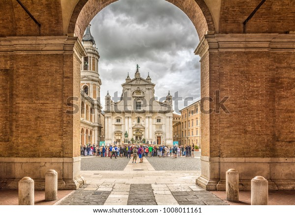 LORETO, Marches Region, Italy, juli 2016: Sanctuary of the Holy House of Loreto, Marches, Italy, the Basilica facade with the Sisto V monument in the foreground