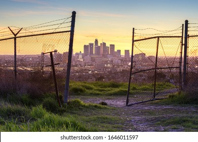Los Angeles hinter dem Zaun bei Sonnenuntergang