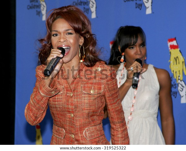 LOS ANGELES, CA - NOVEMBER 15, 2005: Kelly Rowland and Michelle Williams at the 2005 World Children's Day at the Ronald McDonald House in Los Angeles, USA on November 15, 2005.