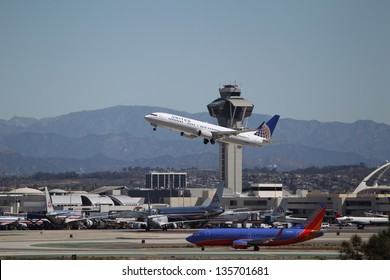 LOS ANGELES, CALIFORNIA, USA - APRIL 17 : United Airways Boeing 737-924ER takes off from Los Angeles Airport on April 17, 2013. The plane has a range of 6,045 km and a maximum speed of 544 mph