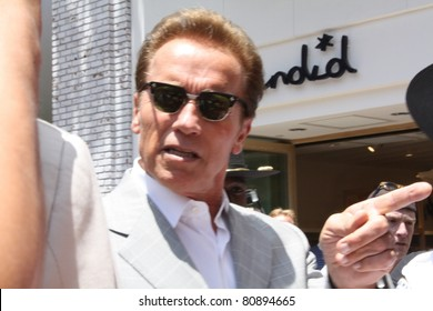 LOS ANGELES - JULY 12: Ex-governor Arnold Schwarzenegger at The Grove for lunch July 12, 2011 Los Angeles, CA.
