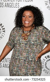 """LOS ANGELES - MAR 15: Yvette Nicole Brown arriving at the """"Community"""" PaleyFest 2011 at Saban Theatre on March 15, 2011 in Beverly Hills, CA"""
