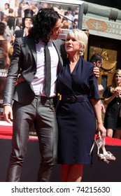 LOS ANGELES - MAR 28:  Russell Brand, Helen Mirren at the Helen Mirren Handprints and Footprints Ceremony  at Graumans Chinese Theater on March 28, 2010 in Los Angeles, CA.