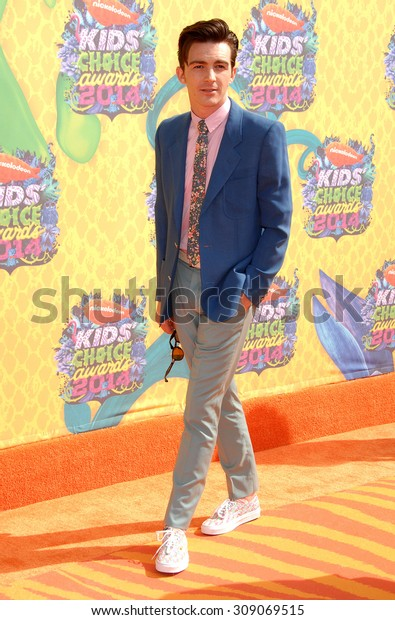 LOS ANGELES - MAR 29:  Drake Bell arrives at the 2014 NICKELODEON KIDS CHOICE AWARDS  on March 29, 2014 in Los Angeles, CA