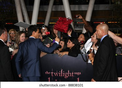 """LOS ANGELES - NOV 14:  Taylor Lautner signing autographs  at the """"Twilight: Breaking Dawn Part 1"""" World Premiere at Nokia Theater at LA LIve on November 14, 2011 in Los Angeles, CA"""