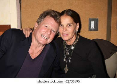 LOS ANGELES - OCT 9:  Ryan O'Neal, Ali McGraw at the Hollywood Show at Marriott Convention Center.Theatre on October 9, 2010 in Burbank, CA