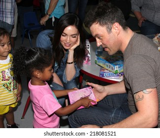 "LOS ANGELES - SEP 16:  Megan Fox, Brian Austin Green at the ""Stars 4 Smiles"" - celebs visiting children at hospital at Harbor-UCLA Medical Center on September 16, 2014 in Torrance, CA"