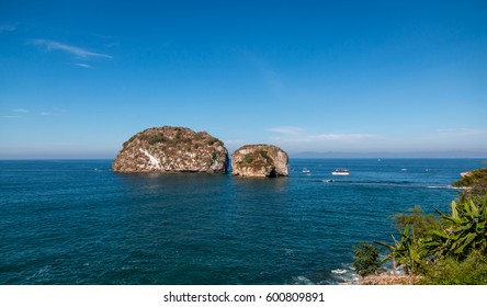 Los Arcos , Puerta Vallarta is a very popular boating and snorkeling destination for tourists .