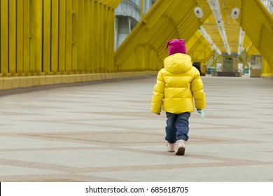 Lost child (girl 3 years old) on the streets of the city