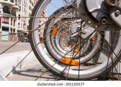Muchas ruedas de bicicleta con punto de fuga en el centro de la ciudad
