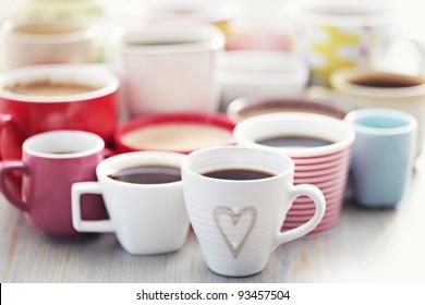 beaucoup de café dans différentes tasses - heure du café