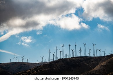 Lots of windturbines on a hill in Califronia, USA.