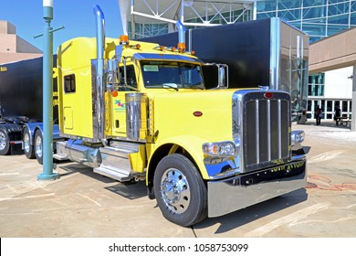 Peterbilt Images, Stock Photos & Vectors | Shutterstock