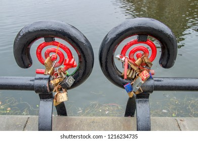 Love Locks On A Railing Arond The Binnenhof Den Haag The Netherlands 2018