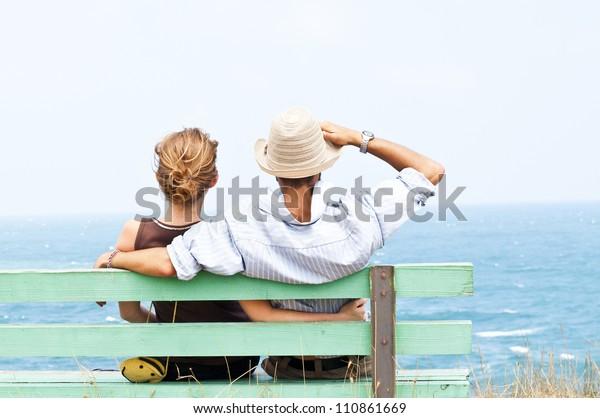 Schönes Paar mit Freude