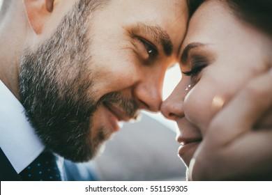 linda feliz casal sorrindo casal abraçando