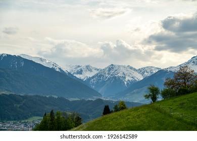 Schönes Meer von schneebedeckten Bergen mit schöner Vegetation