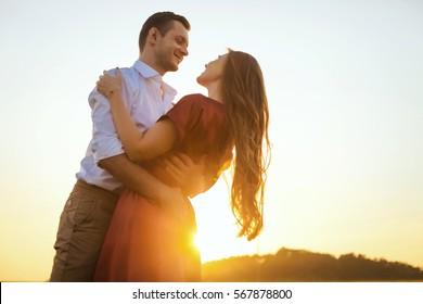 Liebhaber verlieben Spaß auf Strandporträt. Schönschöne gesunde junge Freundin umarmt glücklichen Freund, gesunde Beziehung Konzept