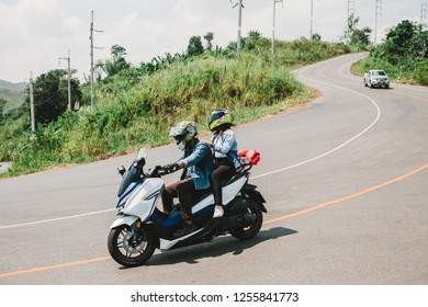 Lovers travel on a motorcycle to chew on nature