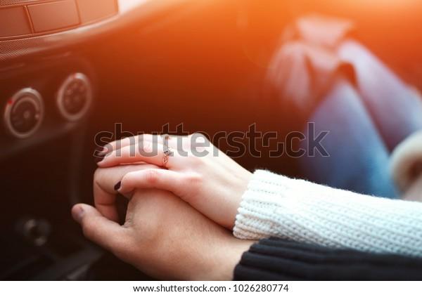 車で手を握る愛し合う夫婦。旅行中の夫婦の手と女の接写